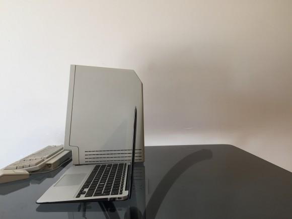 """La Macintosh es sólo una pulgada más profunda que una Macbook Air 11.6""""."""