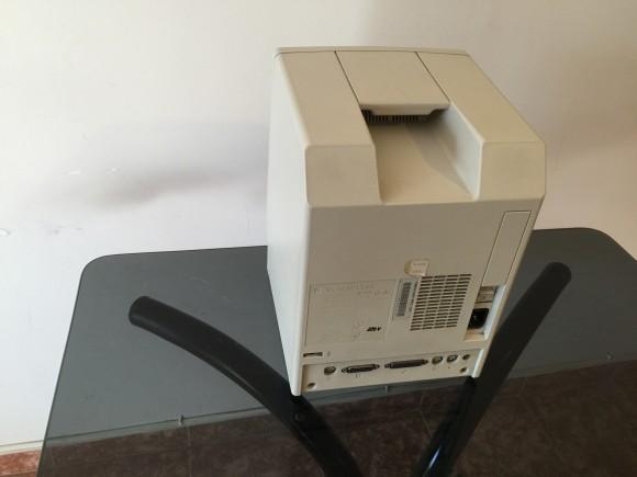 Macintosh Classic visto de atrás. Perdió el cabello y quedo calvo. Observe la rendija trasera del ventilador. También puede observar el botón de encendido, la toma de corrientes y los puertos de expansión.