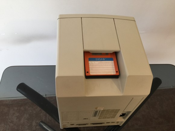 La manija: un curioso escondite de diskettes. Pero bloqueaba parte de la ventilación así.