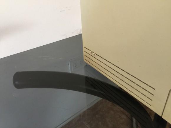 Dos frágiles botones de reinicio sobresalen por las rejillas de de ventilación del lateral izquierdo.