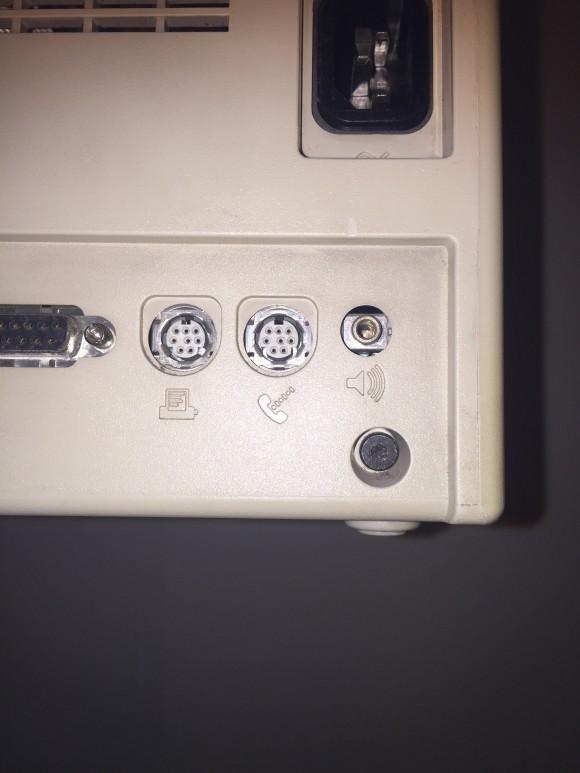 Uno de los cuatro tornillos. El mismo diseño utilizan los Mac actuales. Sólo Mandrake se anima a abrirlo.