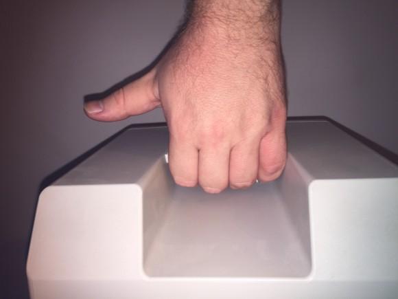 Sosteniendo el Macintosh. El dedo pulgar es sólo un inútil y molesto apéndice.