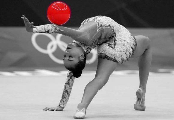 Bonita foto en blanco y negro con el detalle de la pelota en color