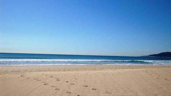 Una playa toda pisoteada